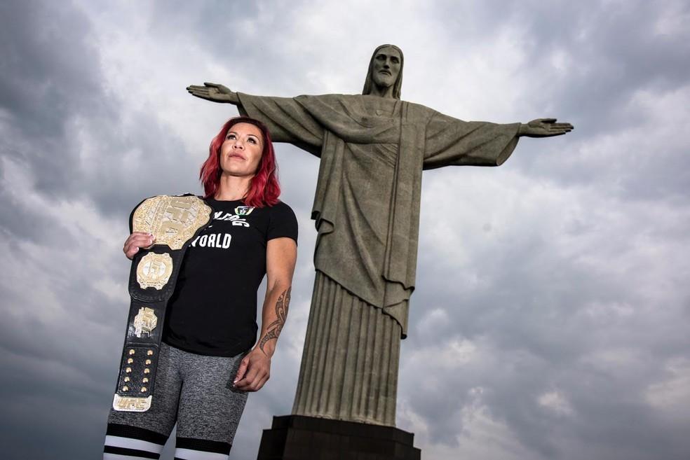A redenção: Cris Cyborg enfim é campeã do maior evento de MMA do mundo (Foto: Alexandre Loureiro/Divulgação UFC  )