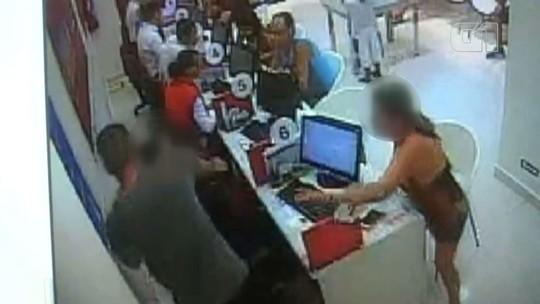 Cliente espanca vendedor ao não conseguir cancelar celular; vídeo