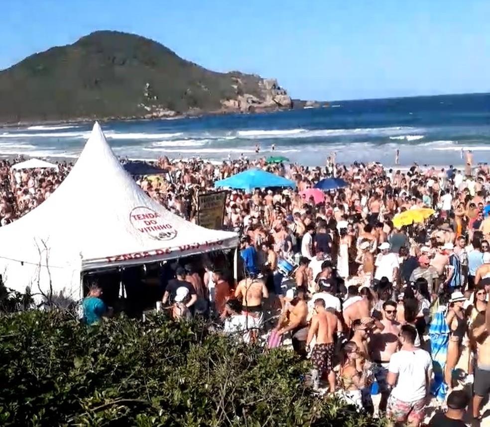 Aglomeração na Praia do Rosa, em Imbituba, no feriadão de 12 de outubro — Foto: Prefeitura de Imbituba/Divulgação