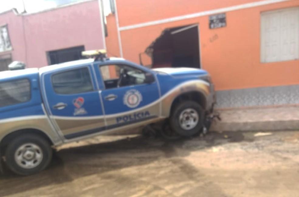 Parte da fachada da casa da idosa também ficou danificada após atropelamento seguido de batida em Iaçu — Foto: Site Bahia 10