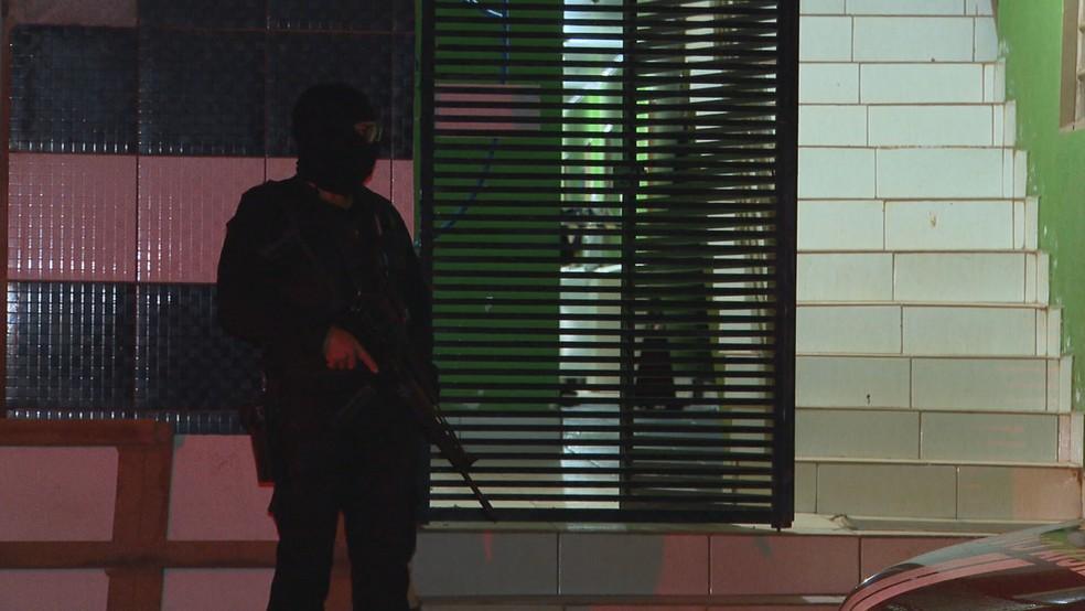 Polícia Civil faz perícia em apartamento onde homem matou casal, em Vicente Pires, no DF — Foto: TV Globo/Reprodução