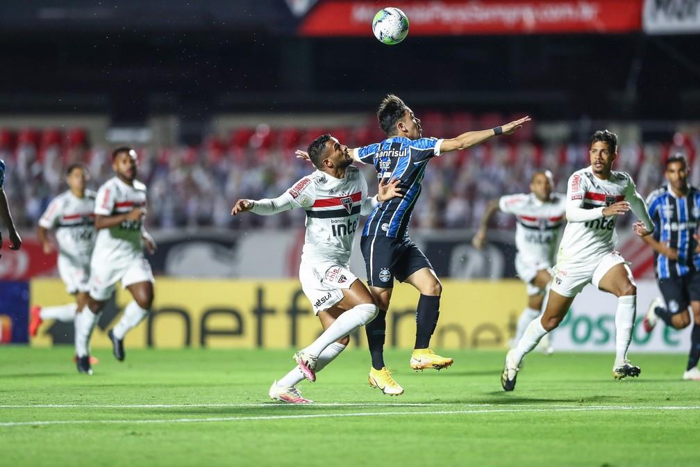 Pepê, atacante do Grêmio, no lance que pediu pênalti de Reinaldo — Foto: Lucas Uebel/Grêmio FBPA