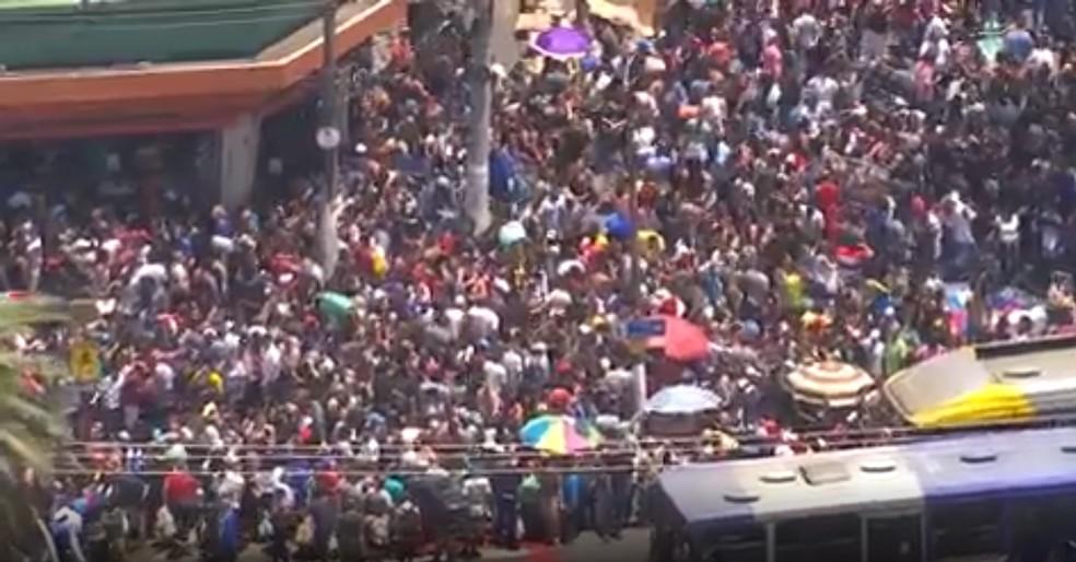Rua do Brás, em São Paulo, lotada de consumidores para as compras de Natal  no ano passado; local é de grande concentração de pessoas — Foto: Reprodução/TV Globo