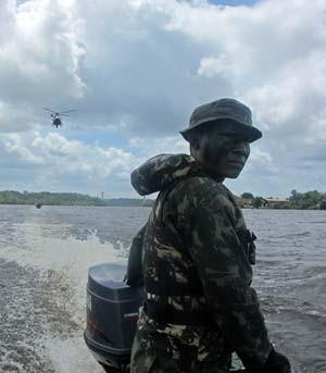exercito_especial_soldado_barco_300 (Foto: Tahiane Stochero/G1)