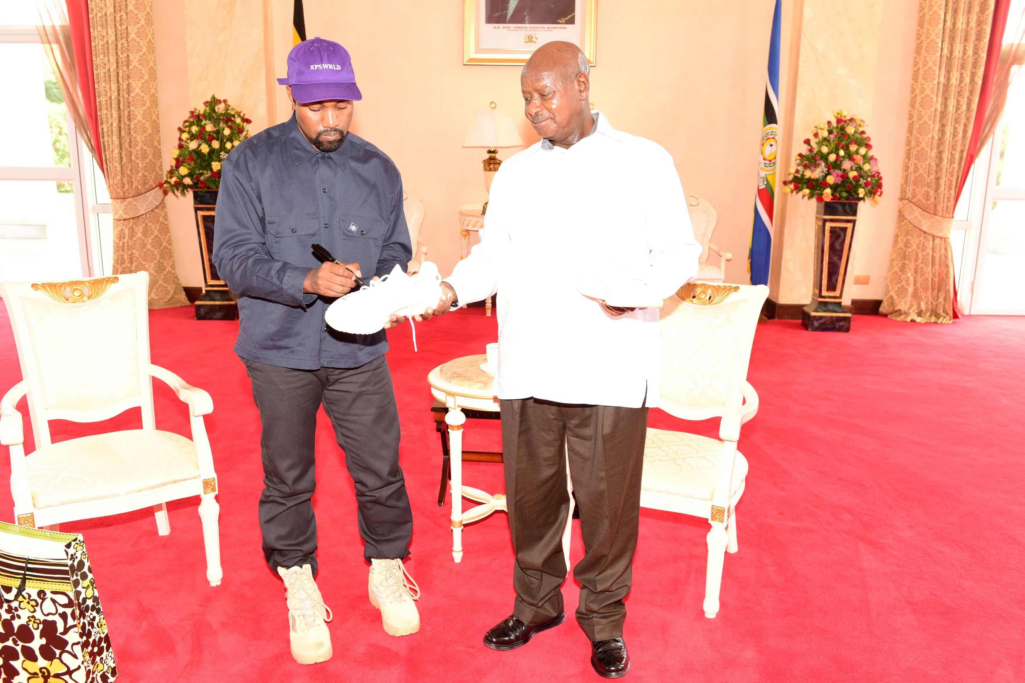Kanye West e Kim Kardashian dão tênis a líder de Uganda e viram Kanyesigye e Kemigisha