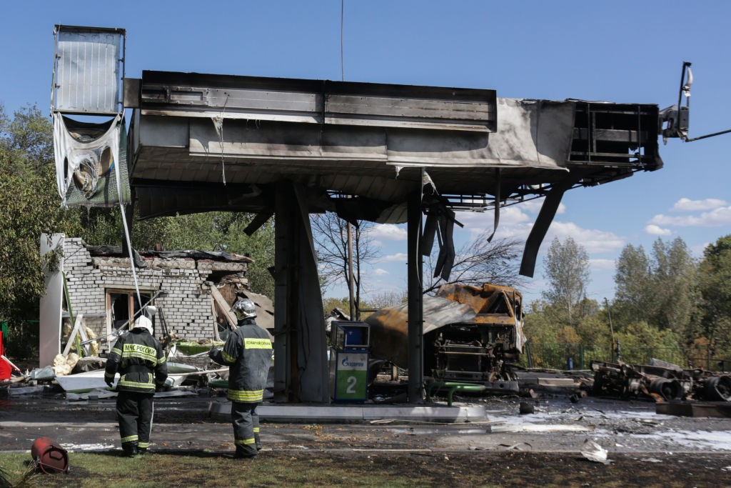 VOLGOGRAD, RUSSIA - AUGUST 10, 2020: Russian Emergencies Ministry employees work at the scene of a fire at a filling station in Traktorozavodsky District, where a gas tank explosion occured. Dmitry Rogulin/TASS (Photo by Dmitry Rogulin\TASS via Getty Imag (Foto: Dmitry Rogulin/TASS)