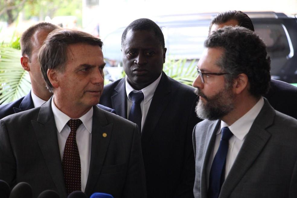 Bolsonaro deu entrevista em Brasília ao lado do novo ministro das Relações Exteriores, Ernesto Araújo — Foto: Alvaro Costa/TV Globo