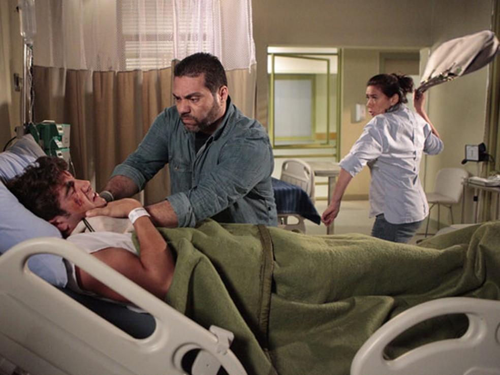 Griselda luta com bandido para salvar Antenor da morte em 'Fina Estampa' — Foto: Globo