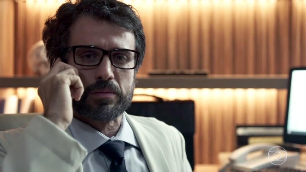 Doutor Samuel avalia Clara e depois liga para Sophia (Foto: TV Globo)