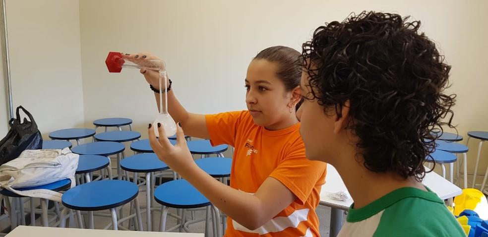 Catarina e Leonardo fazem testes para projeto — Foto: Arquivo Pessoal
