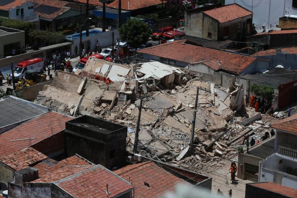 Destroços do prédio desabado em Fortaleza são vistos de um edifício na vizinhança — Foto: Natinho Rodrigues/G1
