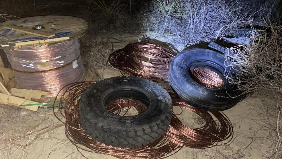Fios de cobre, pneus e equipamentos de comunicação foram recuperados pela polícia após roubo em parque eólico no RN — Foto: Sesed/Divulgação