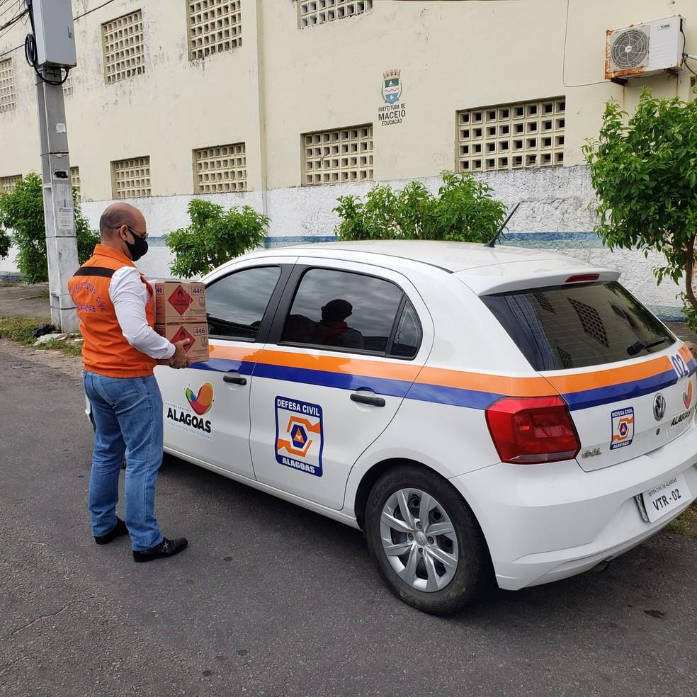 Defesa Civil de Alagoas leva materiais de higienização contra o novo coronavírus para locais de votação em Maceió — Foto: Ascom/Defesa Civil de Alagoas