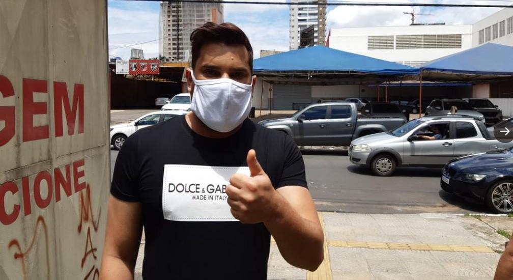 Cantor Cauan, da dupla com Cleber, chega para votar em Goiânia neste domingo (15) — Foto: Guilherme Rodrigues/G1 GO
