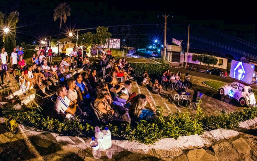 Projeto Cine Fusca, idealizado pelo produtor cultural e palhaço Trevo, faz exibição de filmes em cidade brasileira (Foto: Vladimir Luz/Divulgação)