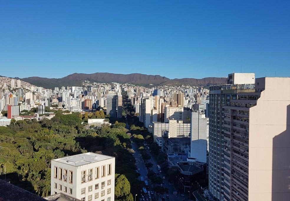43def658bcac Parque Municipal visto do alto do edifício Acaiaca, no Centro de Belo  Horizonte. —