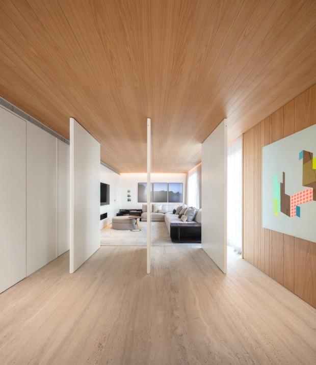 Tons claros de madeira compõem décor aconchegante em São Paulo