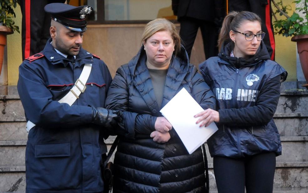 -  Maria Angela Di Trapani é escoltada por policiais após ser detida em Palermo, na Itália, na terça-feira  5   Foto: Alessandro Fucarini/AFP