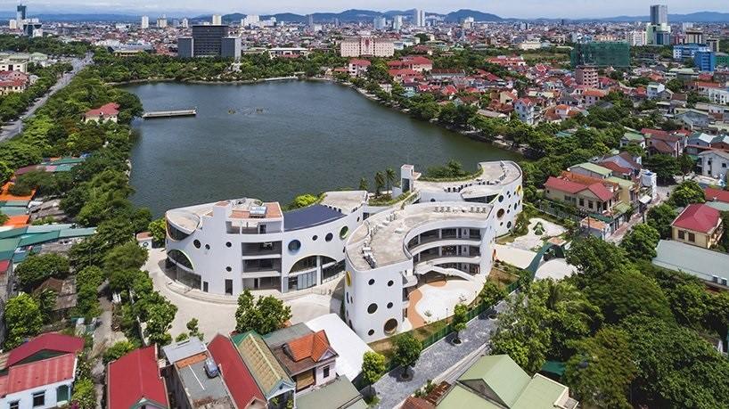 Jardim de infância ecológico no Vietnã tem janelas circulares e arquitetura moderna (Foto: Hiroyuki Oki)