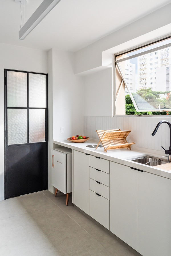 Apartamento de 1975 tem cozinha de chef, tons claros e muita luz natural (Foto: Júlia Novoa @novoajuliaa)
