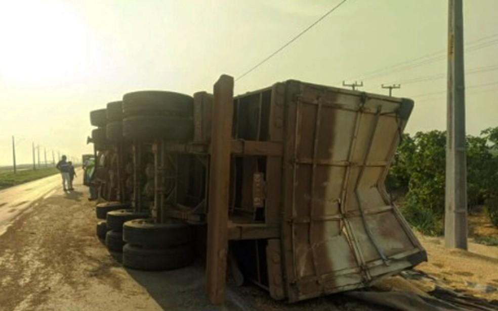 Caminhão que transportava milho a granel tombou no oeste da Bahia — Foto: Reprodução/TV Bahia