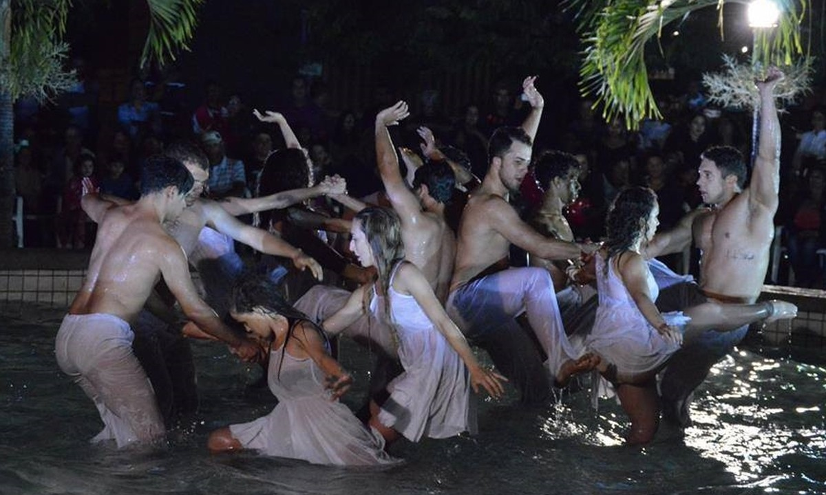 Espetáculo 'Reviver' é encenado ao ar livre em Gravatá