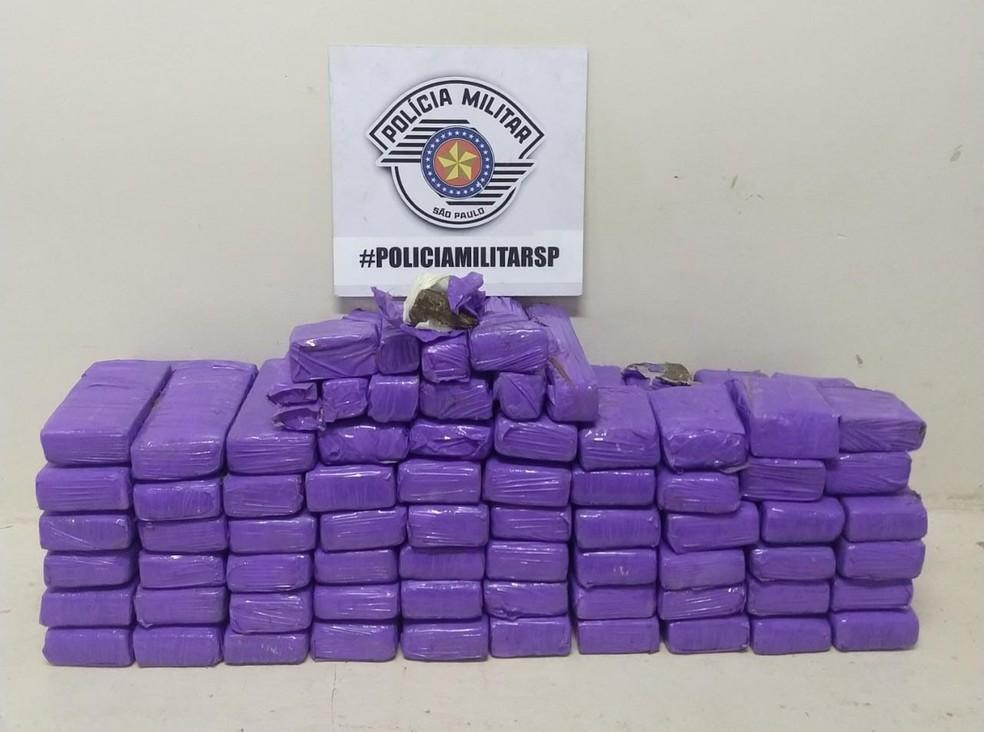 Droga estava escondida em fundos falsos no encosto do banco traseiro do carro e no porta-malas — Foto: Polícia Militar