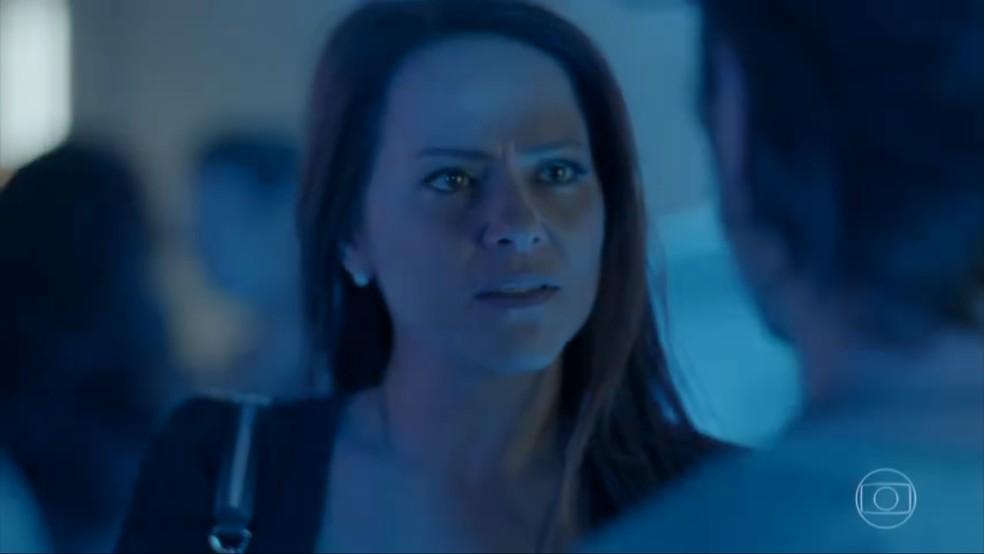 Lili (Vivianne Pasmanter) manda Rafael (Daniel Rocha) se afastar da sua família — Foto: TV Globo