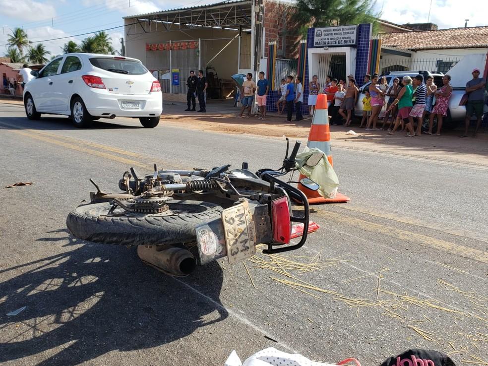 Mãe e filho de um ano seguiam com o pai da criança na mesma moto, todos sem capacete — Foto: PRF/Divulgação