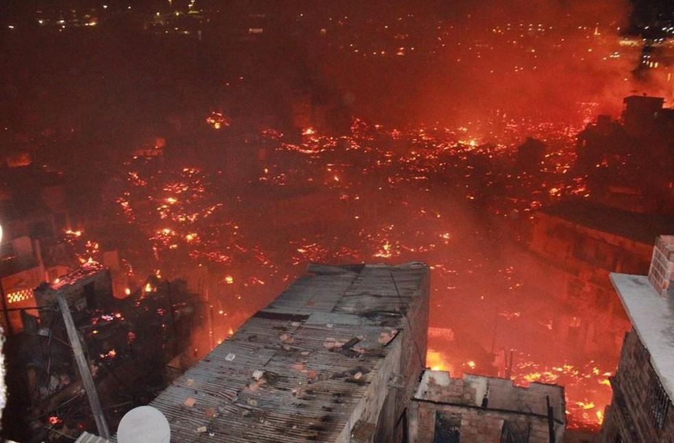 Fogo atingiu casas de madeira e de alvenaria na Zona Sul de Manaus — Foto: Rickardo Marques/G1 AM