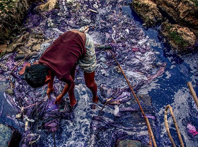 Revolução na Moda - Entre 17% e 20% da poluição das águas em todo o mundo vêm da indústria da moda, sobretudo do tingimento (Foto: Probal Rashid/LightRocket via Getty Images)
