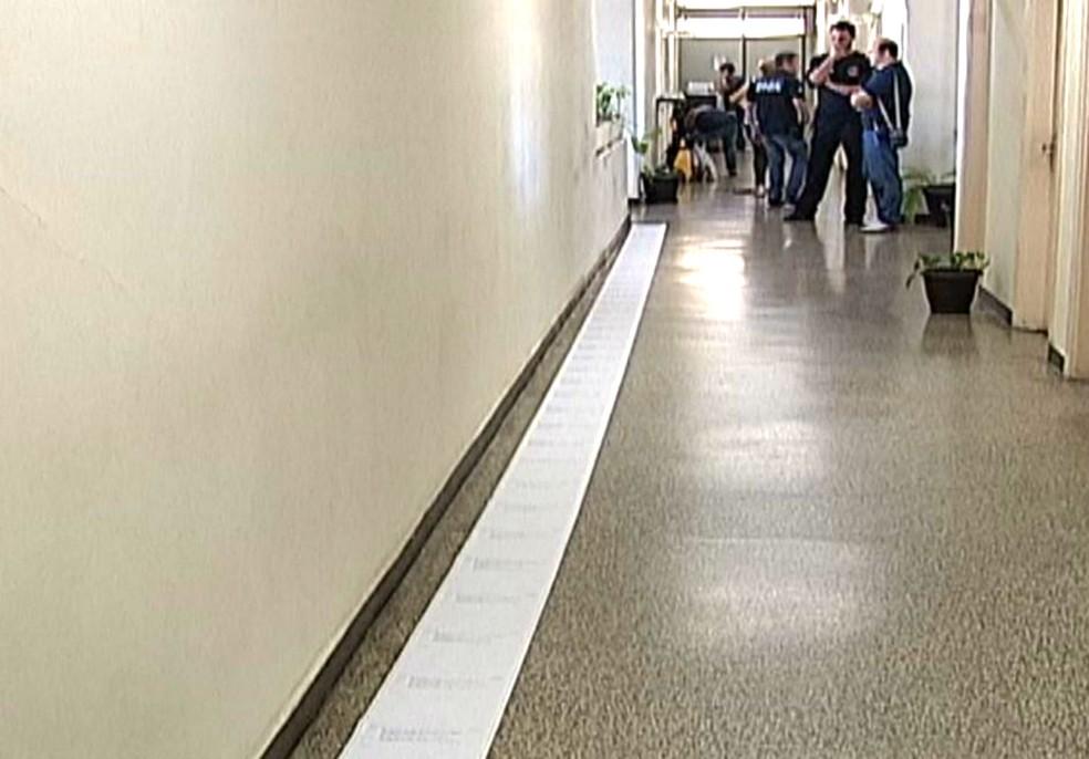 Ficha criminal de José Arnaldo Paschoal de Abreu é extensa e atualmente tem mais de 15 metros — Foto: TV TEM/Reprodução