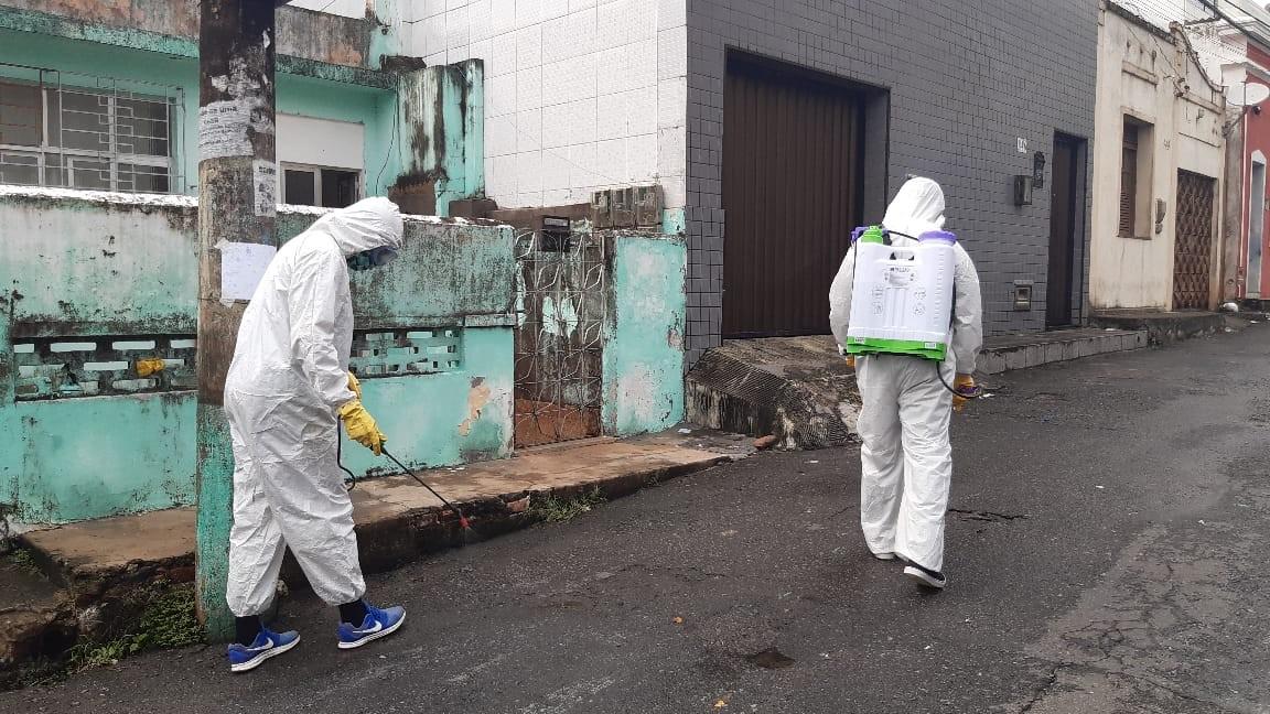 No combate ao coronavírus, moradores do bairro da Federação, em Salvador, fazem higienização de ruas