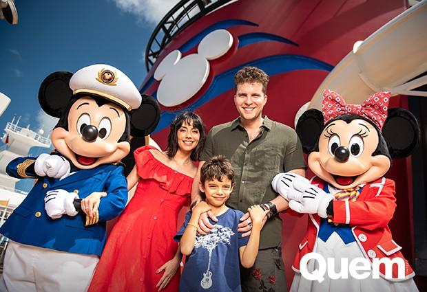 Thiago Fragoso com a mulher, Mariana Vaz, e o filho, Benjamin Vaz Fragoso (Foto: Harrison Cooney/ Ed. Globo)