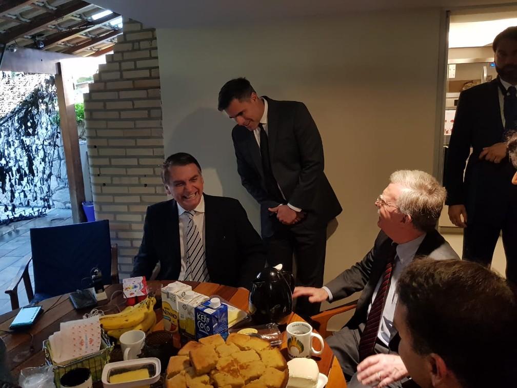 O presidente eleito, Jair Bolsonaro, e o conselheiro de Segurança dos EUA, John Bolton, tomam café da manhã no Rio de Janeiro — Foto: Divulgação/Assessoria do presidente eleito