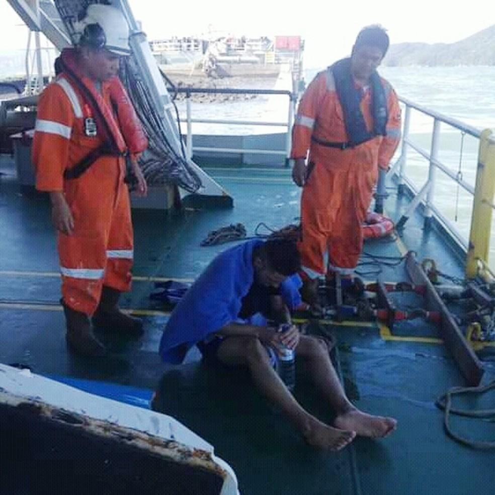 Rapaz recebeu água após ser socorrido por tripulantes no mar — Foto: Divulgação/Corpo de Bombeiros