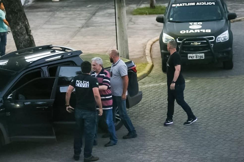Médico e prefeito afastado de Uruburetama chega ao IML, em Fortaleza, na tarde desta sexta-feira (19), para exame de corpo de delito antes da prisão  — Foto: Natinho Rodrigues/Sistema Verdes Mares