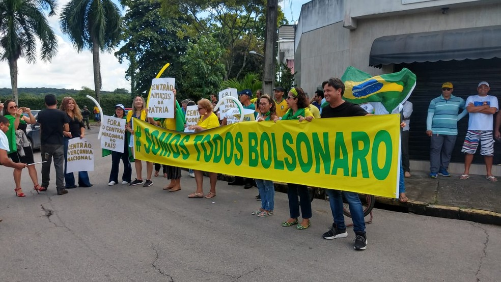 Apoiadores de Bolsonaro se concentraram em frente ao Instituto Ricardo Brennand, no Recife — Foto: Wanessa Andrade/GloboNews
