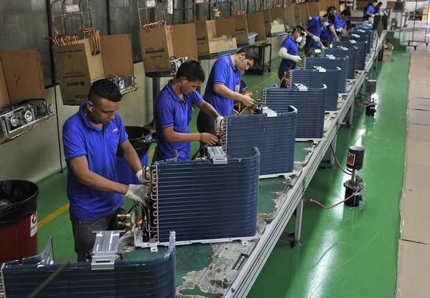 Funcionários trabalham em fábrica em Manaus - indústria - produção - confiança - trabalho (Foto: Jianan Yu/Reuters)