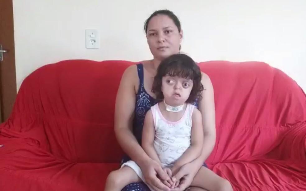 Eliete de Menezes com a filha Victoria, que tem doença genética rara e já passou por 13 cirurgias, em Campos Belos, Goiás — Foto: Eliete de Menezes/Arquivo pessoal