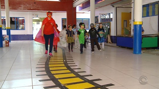 Crianças se vestem de super-heróis e aprendem a resolver problemas em escola de Rio Grande