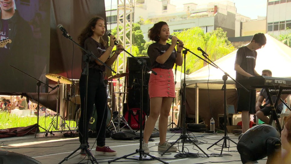Jovens e crianças se apresentaram no palco do Fest Rio Judaico, que aconteceu no último domingo (27) — Foto: Reprodução/ TV Globo
