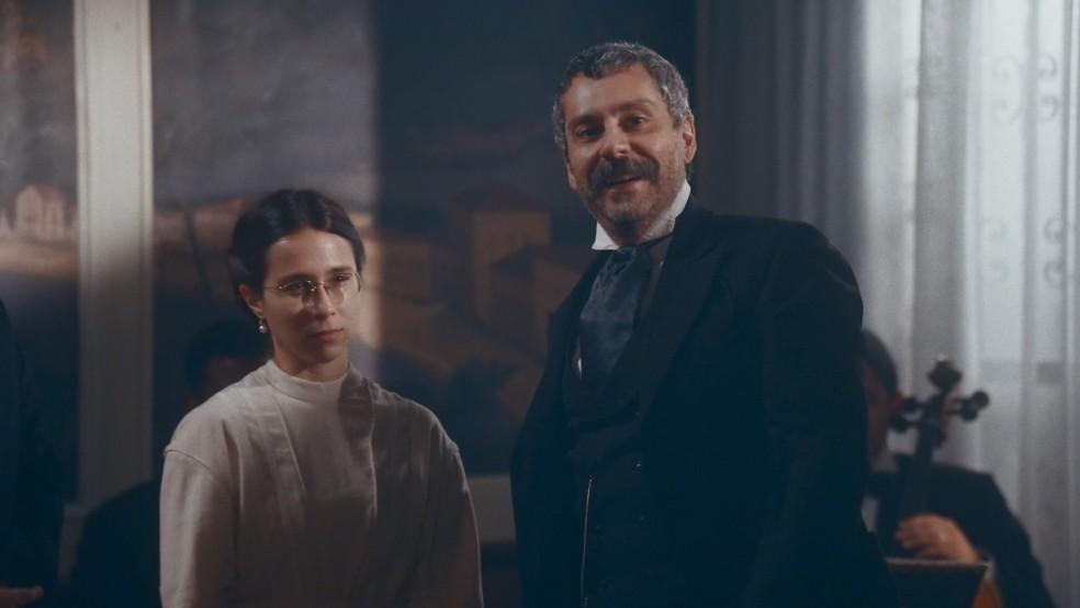 Tonico (Alexandre Nero) apresenta Dolores (Daphne Bozaski) como sua esposa — Foto: Globo
