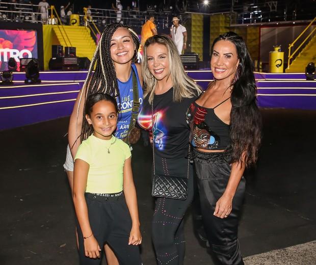 Scheila Carvalho, com a filha, Giulia, e Carla Perez com a filha, Camilly Victória (Foto: Manuela Scarpa/Brazil News)
