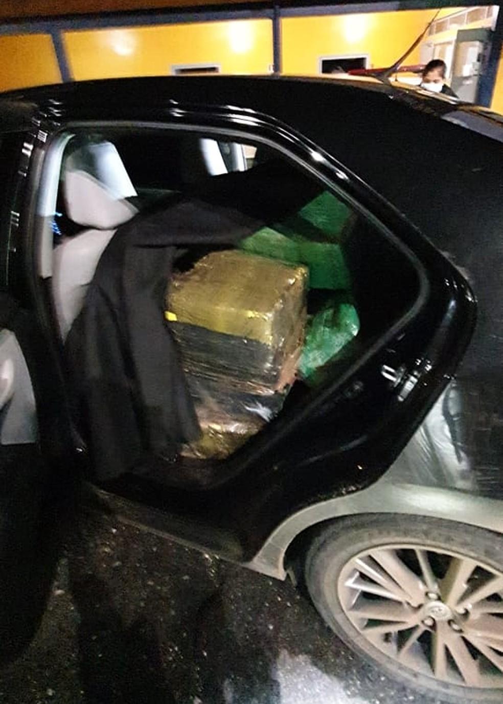 Motorista foi preso por tráfico de drogas ao ser flagrado com mais de 700 quilos de Maconha — Foto: PRF/Divulgação