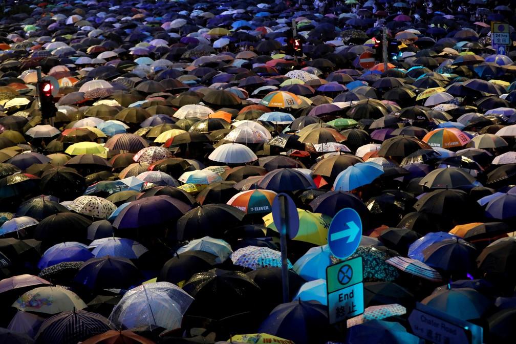 Grupo de pessoas com guarda-chuvas participa de um protesto contra a lei de extradição em Hong Kong em agosto de 2019 — Foto: Kim Kyung-Hoon/Reuters