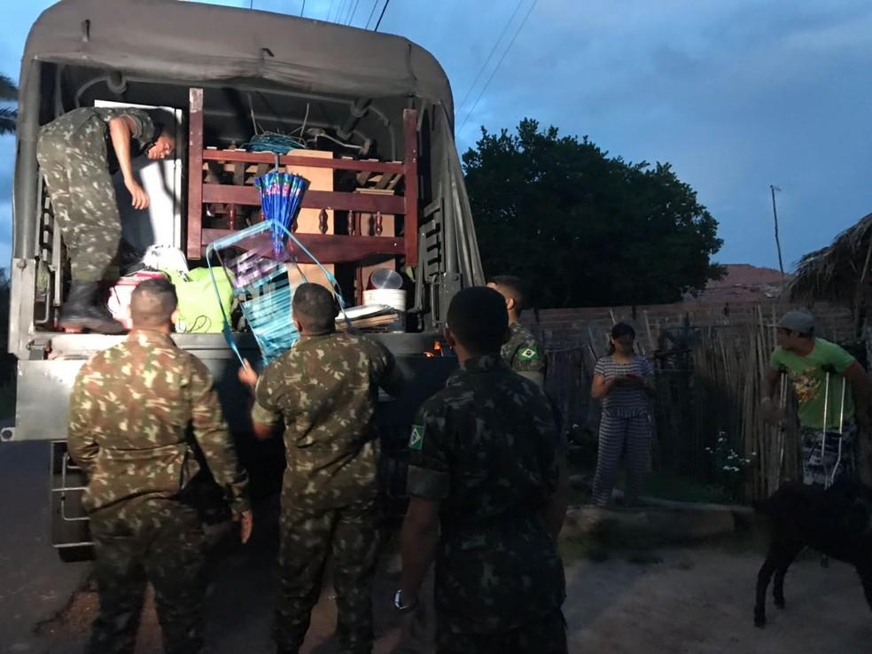 Famílias tiveram apoio do Exército para retirada em comunidade próxima a barragem (Foto: Aniele Brandão/TV Clube)