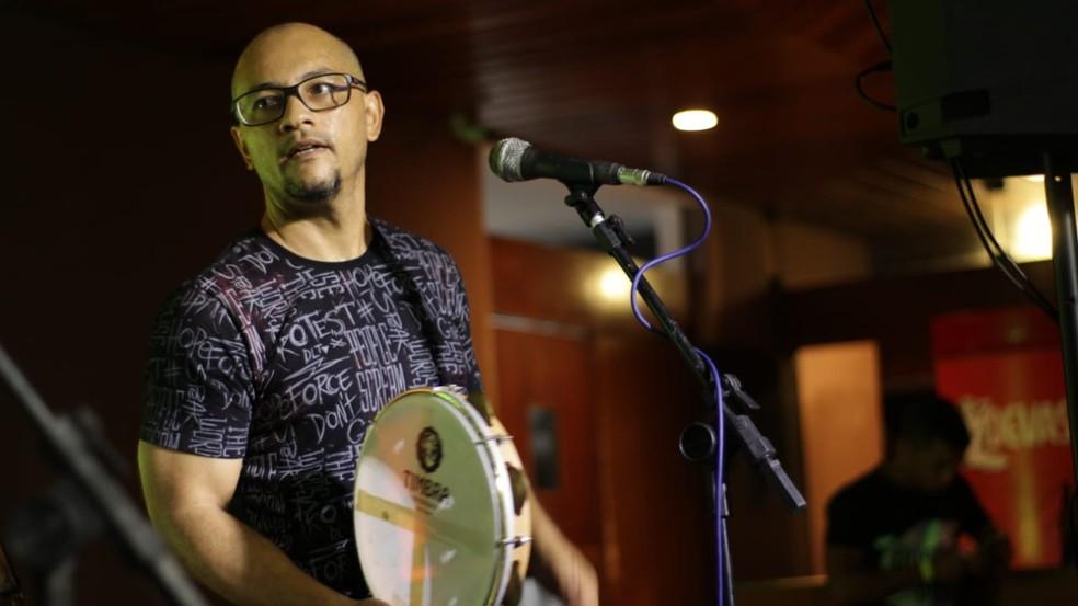 Rogério Madureira é cantor e pandeirista, natural de São vicente (SP), radicado em Natal — Foto: Divulgação