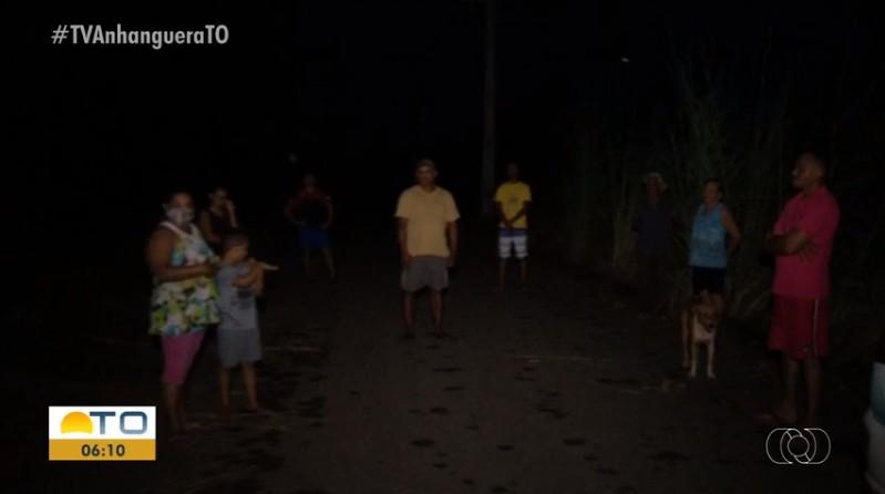 Falta de iluminação e mato alto causam medo em moradores de bairro em Luzimangues