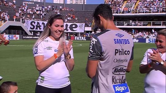 Diego Pituca, do Santos, pede namorada em casamento no gramado da Vila Belmiro
